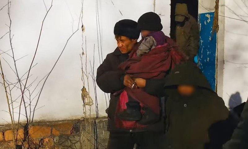 Отца с четырьмя детьми-маугли нашли у костра в Чите