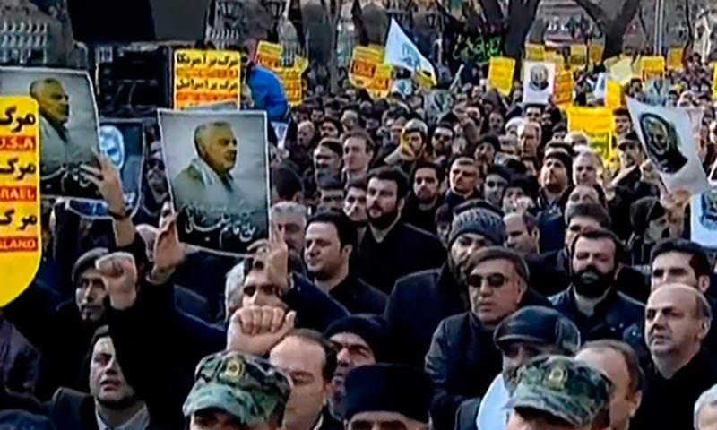Тысячи людей вышли на улицы Ирана после убийства США генерала Сулеймани