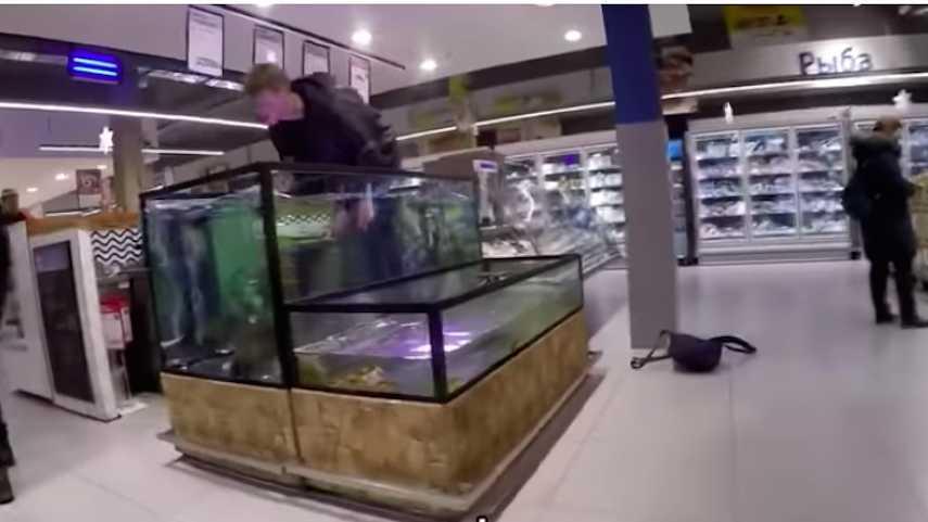 В супермаркете мужчина со словами «Я – карп» бросился в аквариум
