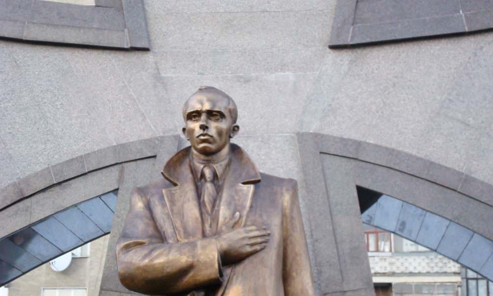Украинцы решили установить памятник Бандере недалеко от границы с Россией