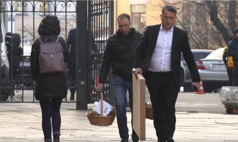 С колбасой и бутылками: на Украине рассказали о тайных посетителях Зеленского