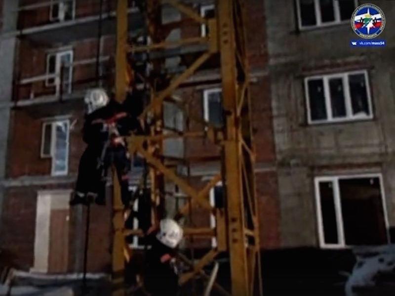Спасатели спустили потерявшую сознание крановщицу с 90-метровой высоты