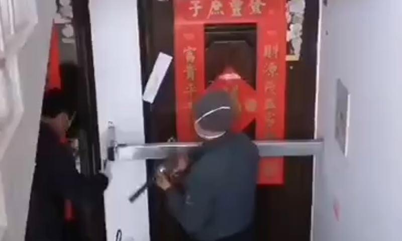 Китайцы заколачивают двери в домах соседей, побывавших в Ухани