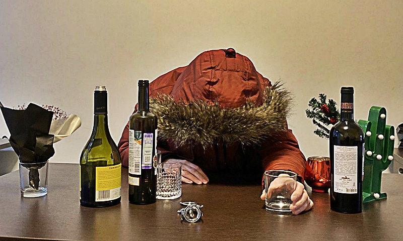 В Белоруссии убитый бревном гость несколько дней сидел за праздничным столом