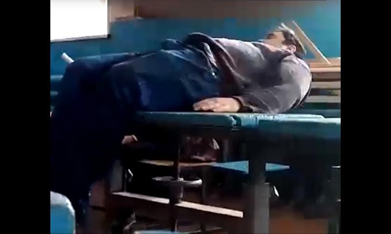 Российский учитель пришел в школу пьяным и упал с парты на глазах у детей