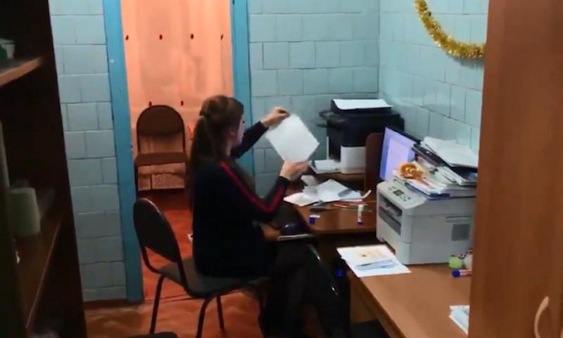 В российской школе учителей отправили работать в туалет