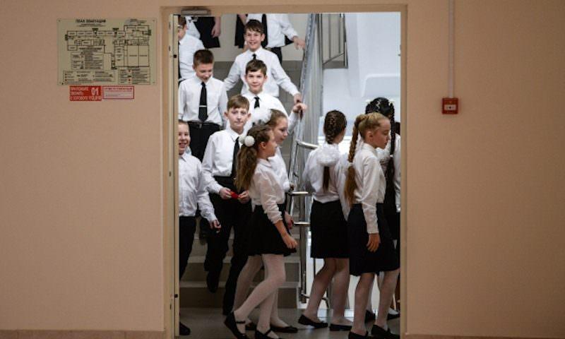 Директор российской школы пристыдила девочку за «толстоватые» ноги в короткой юбке
