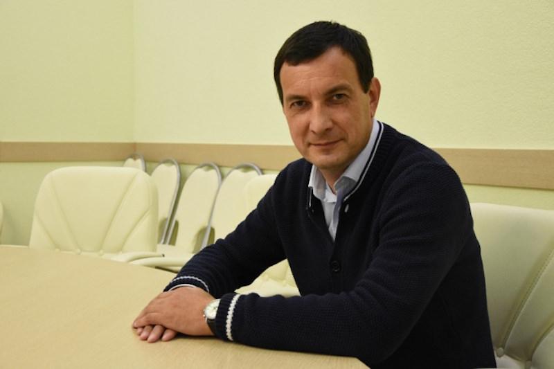 Главу фракции «Единой России» в Астрахани исключили из партии за угрозы журналисту