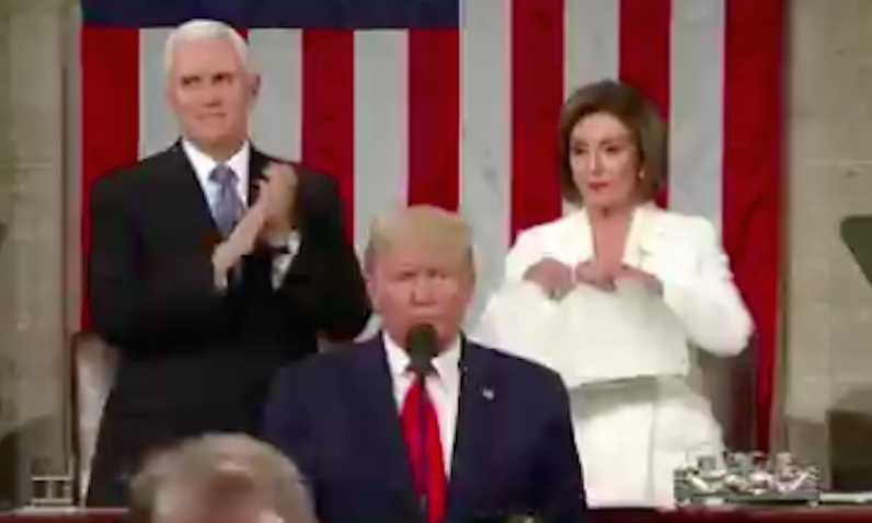 Трамп отказался пожимать руку Нэнси Пелоси, а она отомстила по-женски