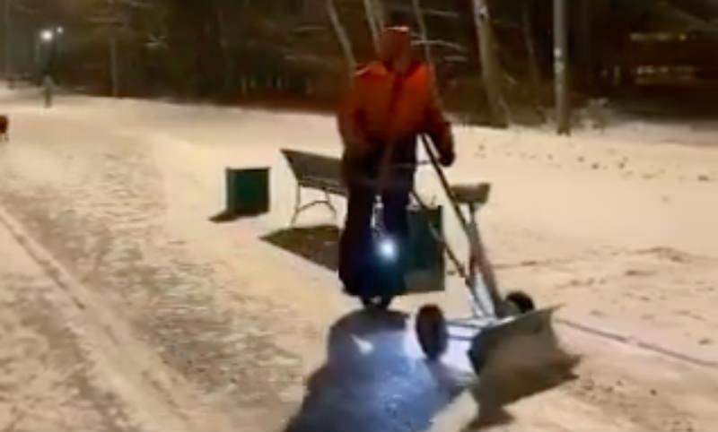 Креативный дворник  сделал из себя  снегоуборочную машину