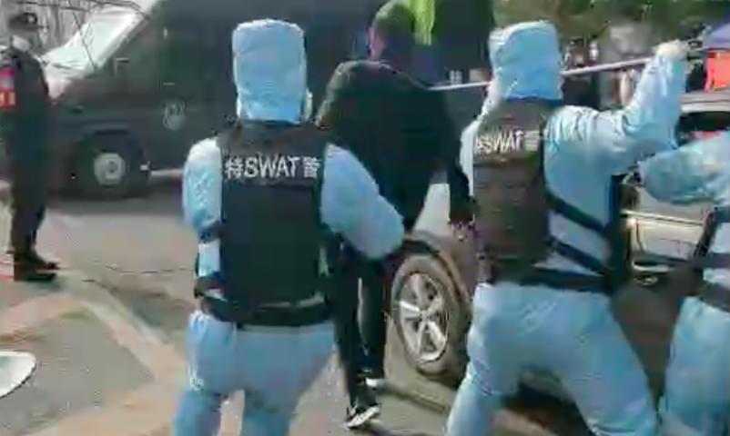 Спецназ Китая жестко отрабатывает задержание носителей коронавируса
