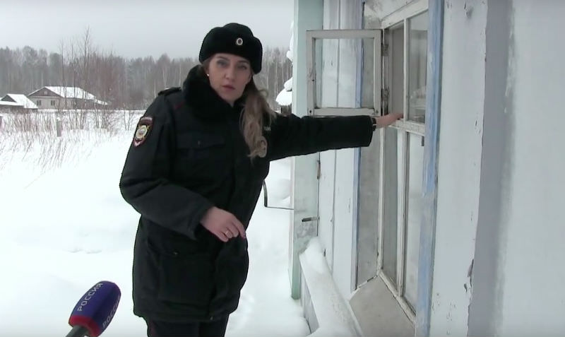 Полицейские в Кировской области спасли двух малышей, брошенных матерью умирать в холодном доме