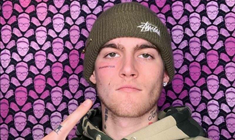 «Прости, мама»: 21-летний сын Синди Кроуфорд сделал татуировку на лице