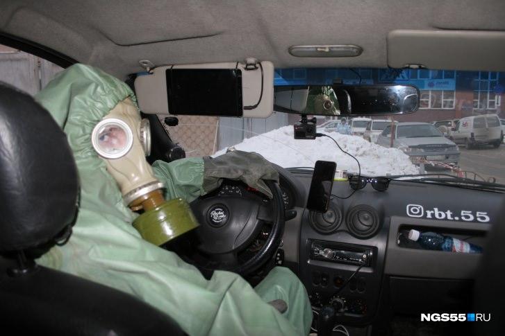 В Омске таксист перевозит пассажиров в противогазе