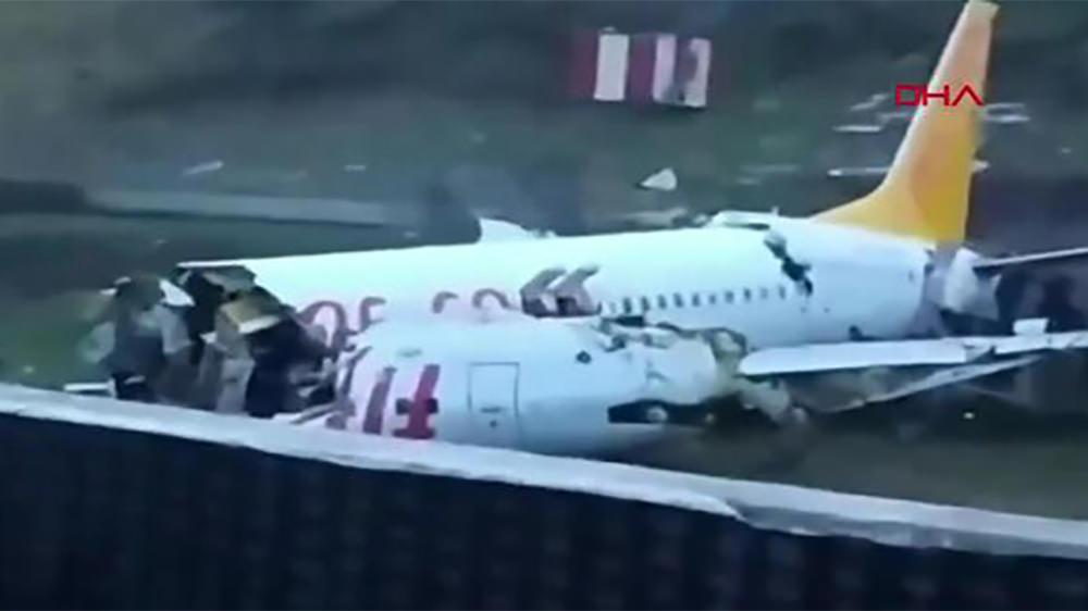 Самолет врезался в ограждение в Стамбуле