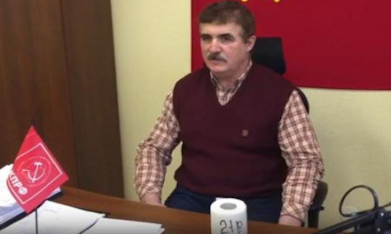 Пенсионер подарил депутатам туалетную бумагу за прибавку в 21 рубль