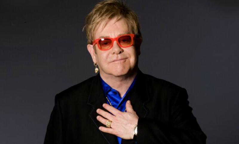 Элтон Джон сорвал концерт со слезами на глазах из-за пропавшего голоса