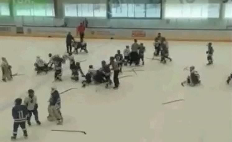 11-летние хоккеисты устроили массовую драку прямо во время игры