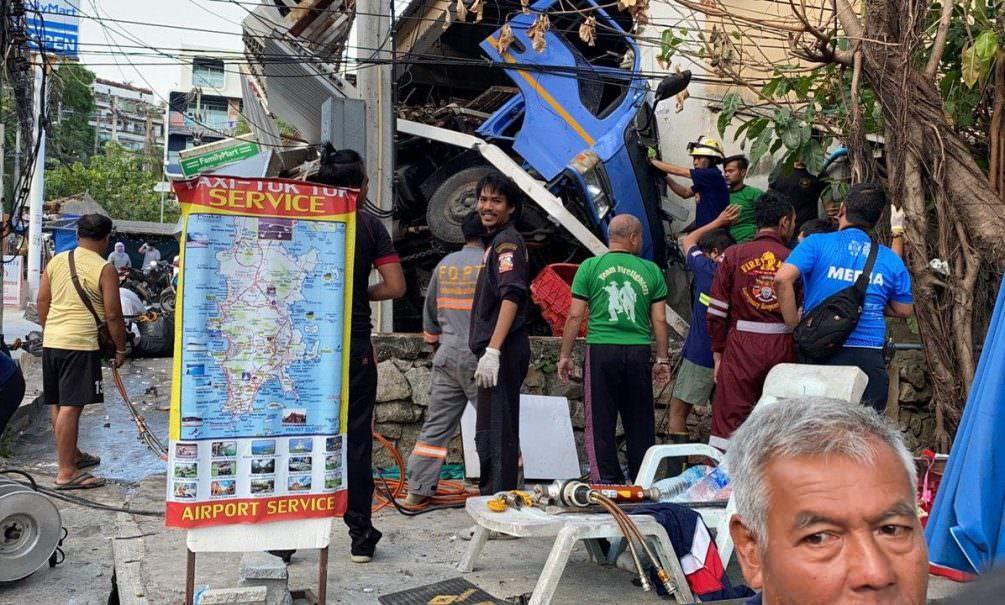 Столкновение грузовика с магазином на Пхукете попало на видео