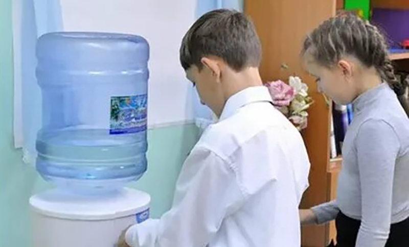 В Липецке запретили пить из кулера первоклашкам из малоимущих семей