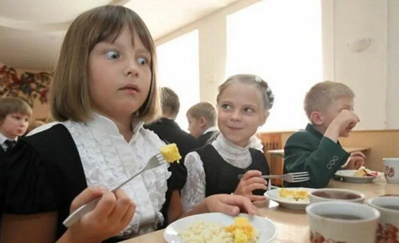 Омским школьникам выделили на горячее питание 5 рублей в день