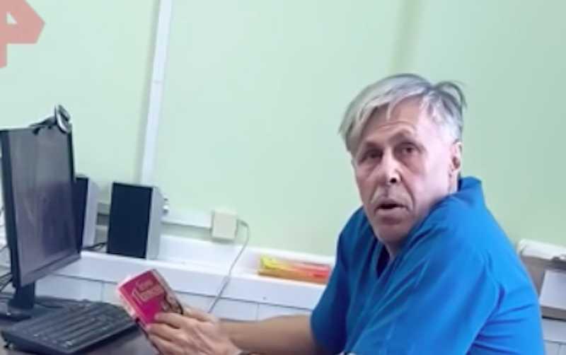 """""""Пошла вон отсюда"""": врач читал книжку и отказался помочь больному"""
