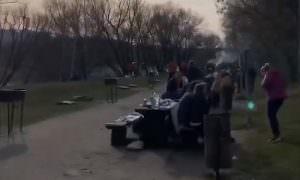 В первый день карантина москвичи весело жарили шашлыки