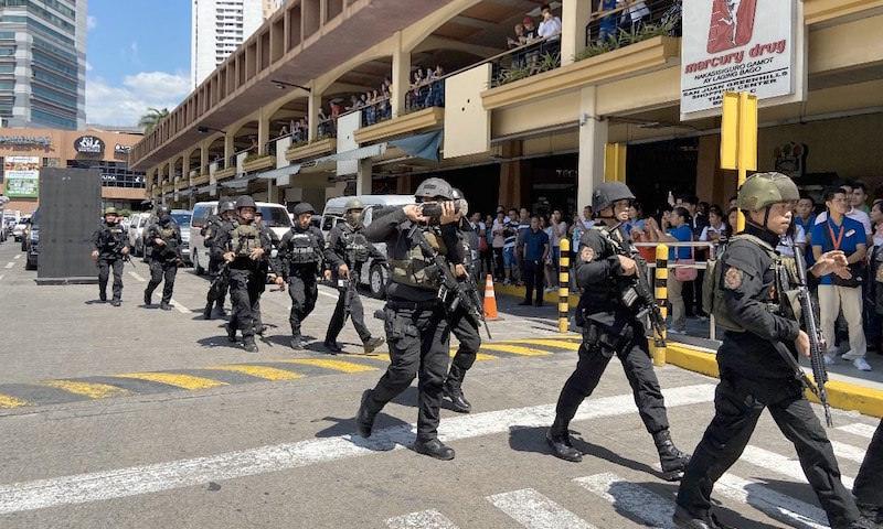 В Маниле вооруженный гранатометом мужчина взял в заложники десятки людей