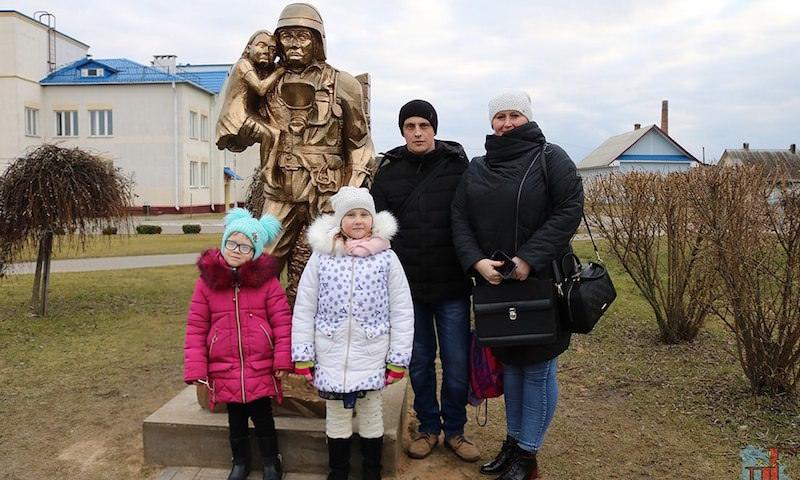 Дарт Вейдер или Т-1000? Необычный памятник сотруднику МЧС поставили в Белоруссии