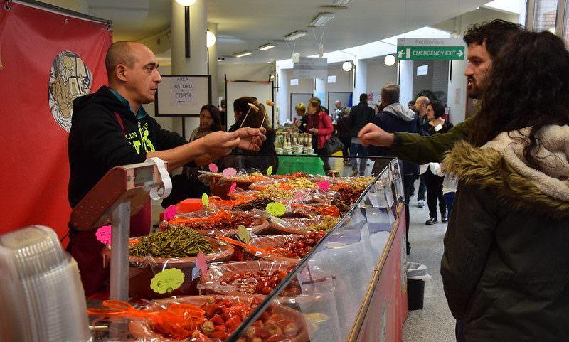 Италия закрывает все рестораны и магазины, кроме продуктовых и аптек