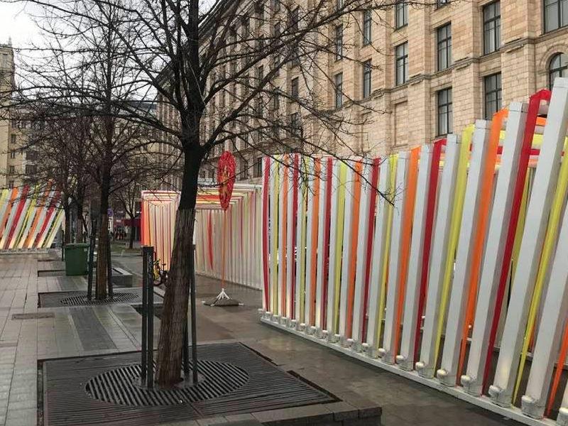 """""""Аляповатый матрас"""": москвичи возмущены декоративными конструкциями в центре города"""