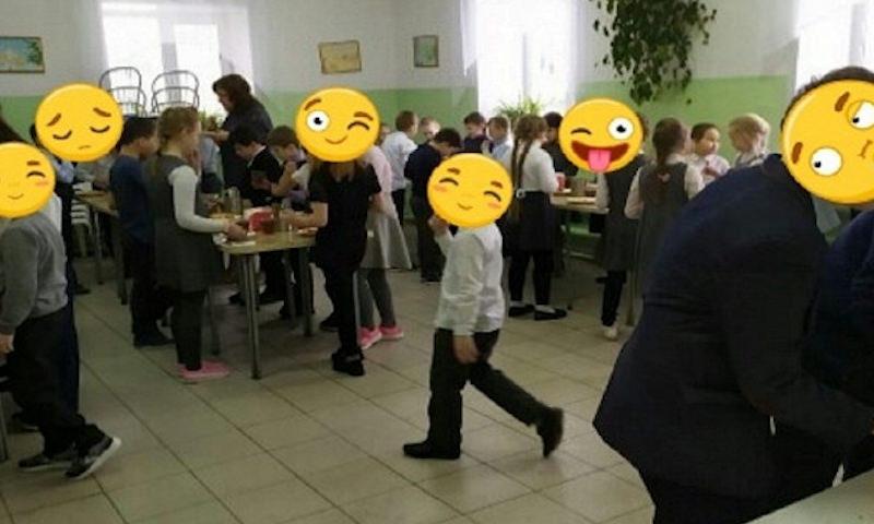 В школе Тюмени учеников второй годподряд вынуждают есть стоя