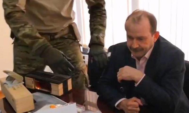 Пойманный на взятке  иркутский чиновник съел улику  прямо при полицейских