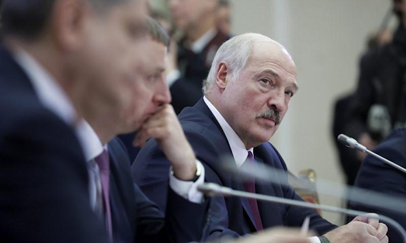 Против всех: Лукашенко раскритиковал массовую изоляцию в «тухлых квартирах»