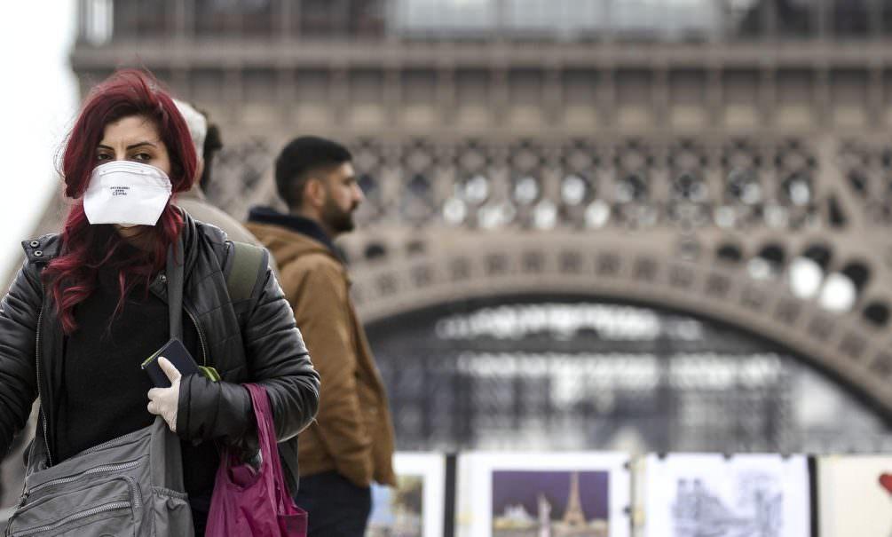 Гражданам Франции позволят выходить на улицу только с объяснительными