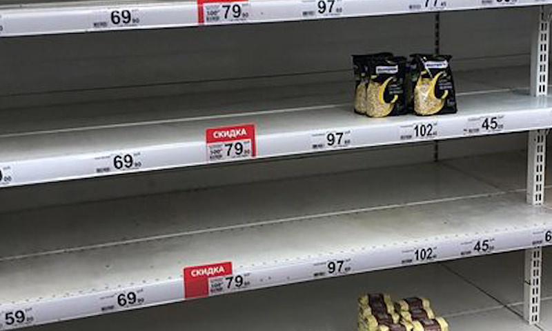 Россияне начали опустошать прилавки магазинов из-за коронавируса