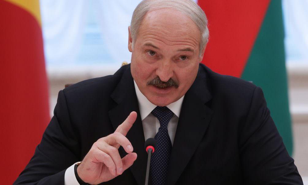 «Ходят туда-сюда»: Лукашенко запретил белорусам возвращаться на родину из-за вируса