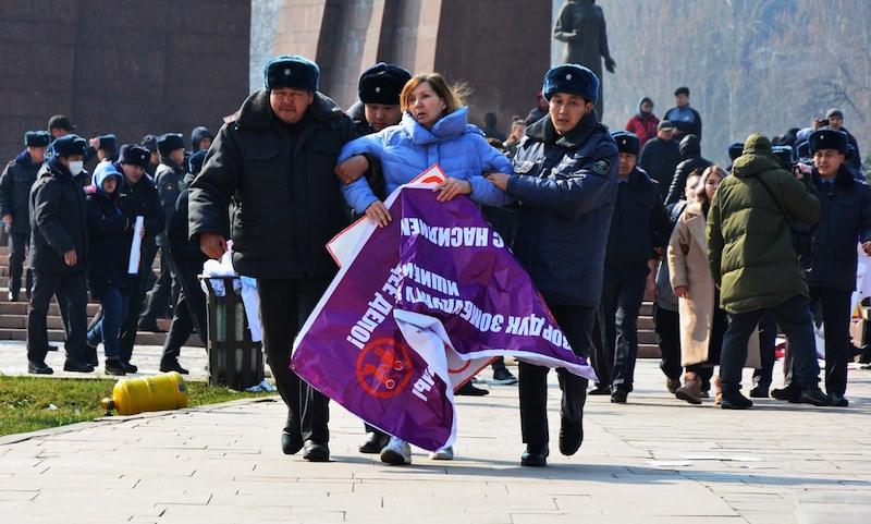 В Киргизии люди в масках избили участниц марша против насилия над женщинами и детьми
