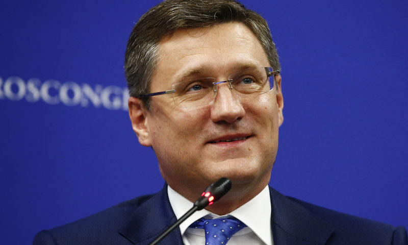 Российский министр начал здороваться ногой с иностранными партнерами