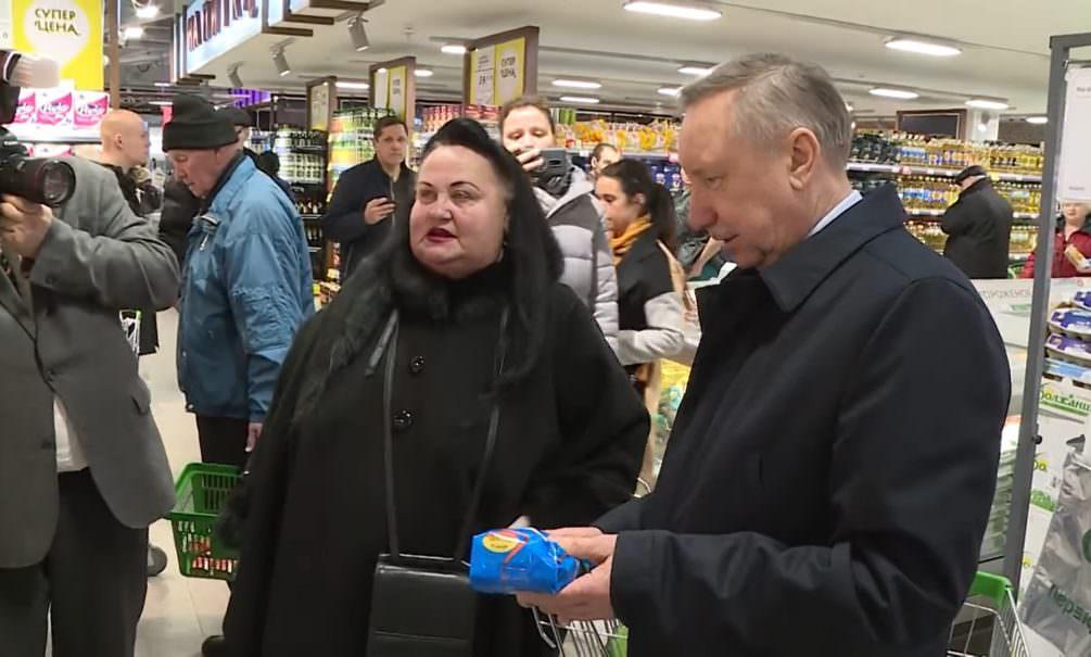 Губернатор Петербурга пришел в супермаркет и поговорил со «случайной» актрисой массовки