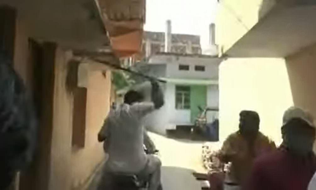 В Индии людей палками загоняют на карантин