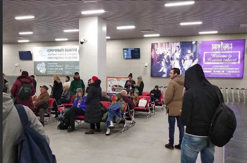 Челябинск встречает прилетевших рекламой мужского клуба Show Girls и ломбарда