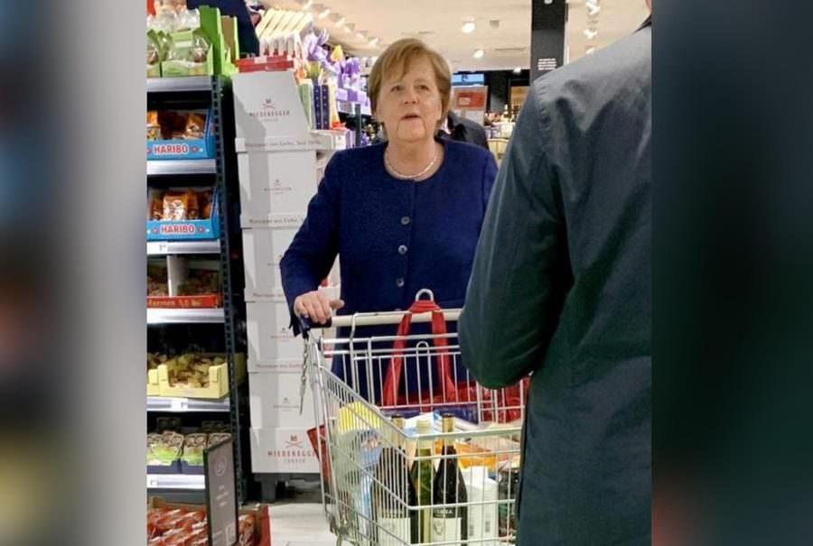 За вином и туалетной бумагой: Меркель без маски пришла в супермаркет