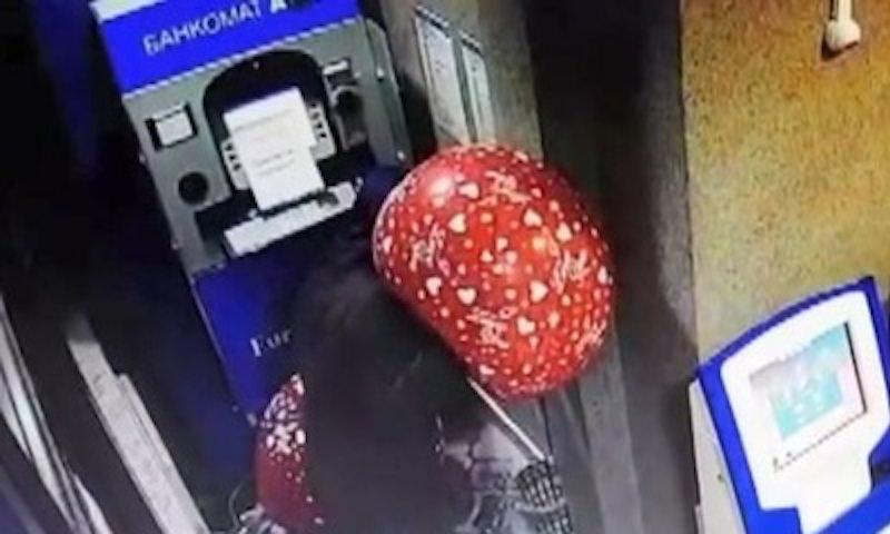Опубликовано видео взлома банкомата при помощи шариков в Казахстане