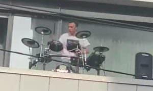 И в Москве началось: барабанщик устроил выступление на балконе по примеру Италии