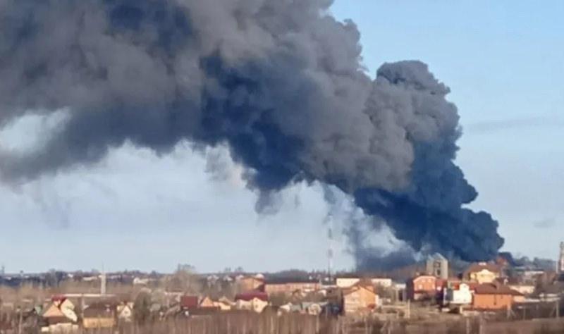 В Подмосковье горит алюминиевый завод, над зданием поднялся жуткий гриб дыма