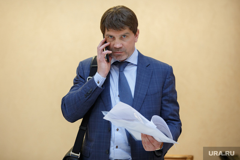 «Не выросла воспиталка»: свердловского депутата требуют наказать за «урок мужества» в школе