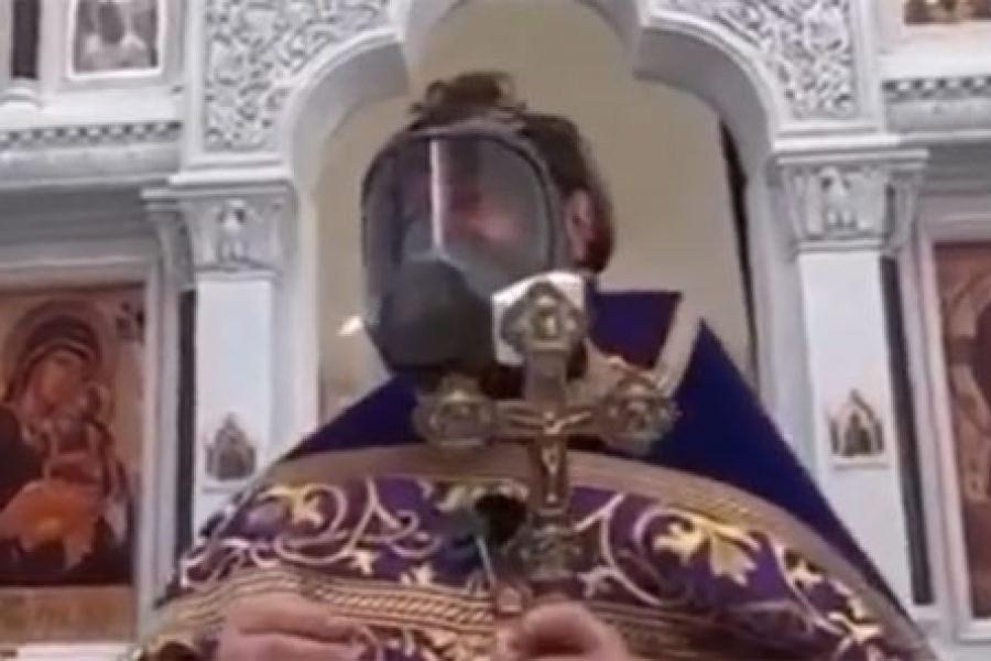 Российский священник пришел на проповедь в противогазе