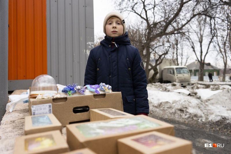 Пятиклассник продает брошки: мечтает стать бизнесменом, чтобы помогать бедным
