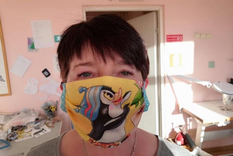 Инвалиды стали шить веселые медицинские маски, потому что не нашли их в аптеках